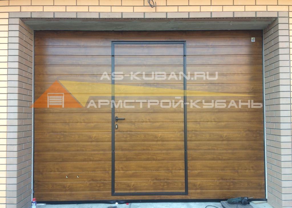 гаражные секционные ворота с калиткой в Краснодаре